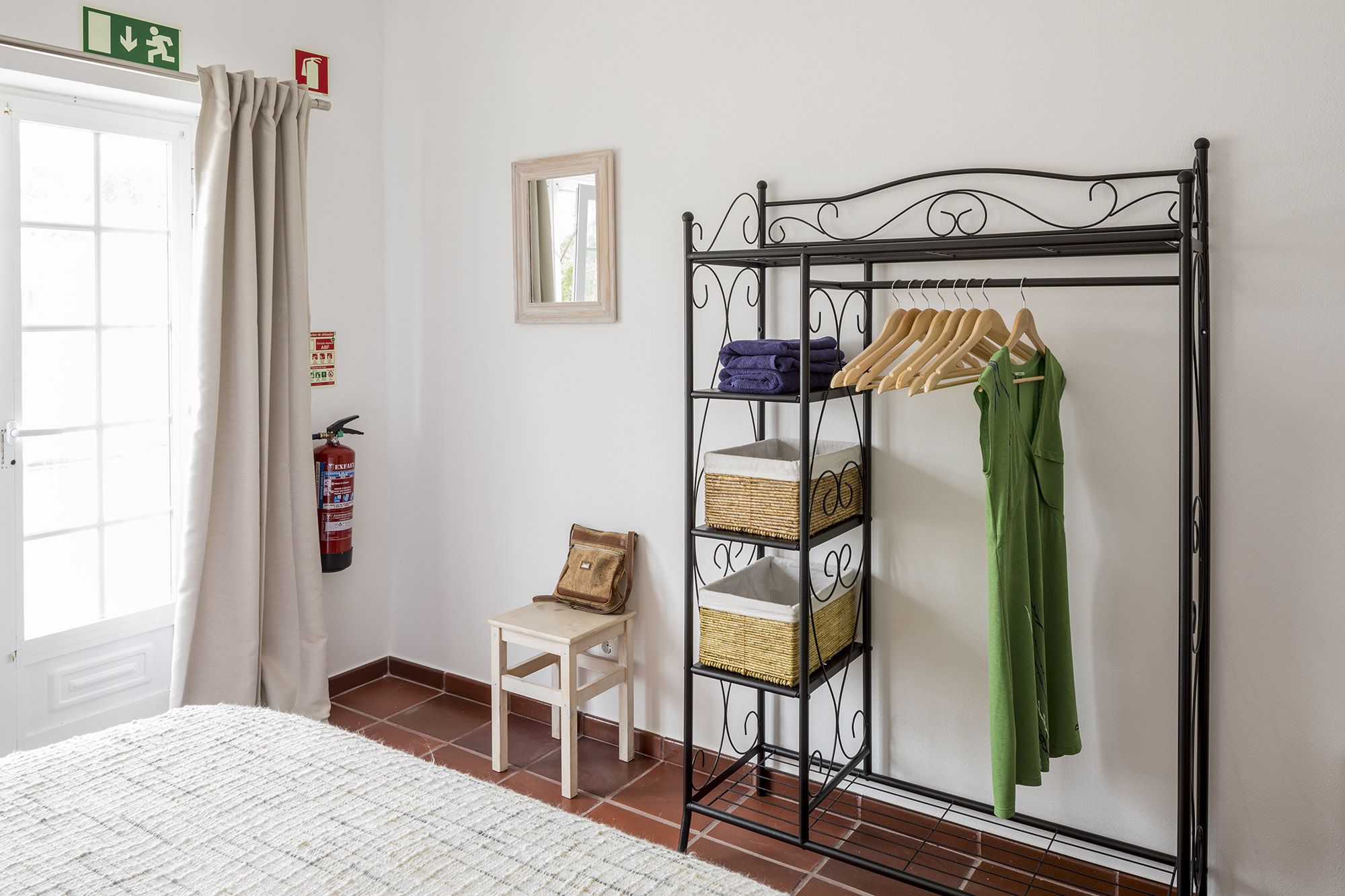 Open wardrobe in Quarto Ribafria