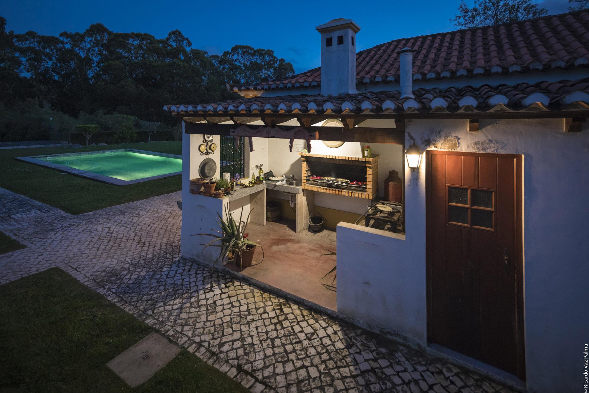 Barbecue et piscine la nuit
